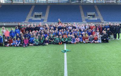 200 fotballglade jenter på besøk